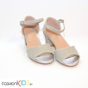 Детски официални отворени обувки за момиче в сребристо на ток с коригираща каишка и естествена стелка.