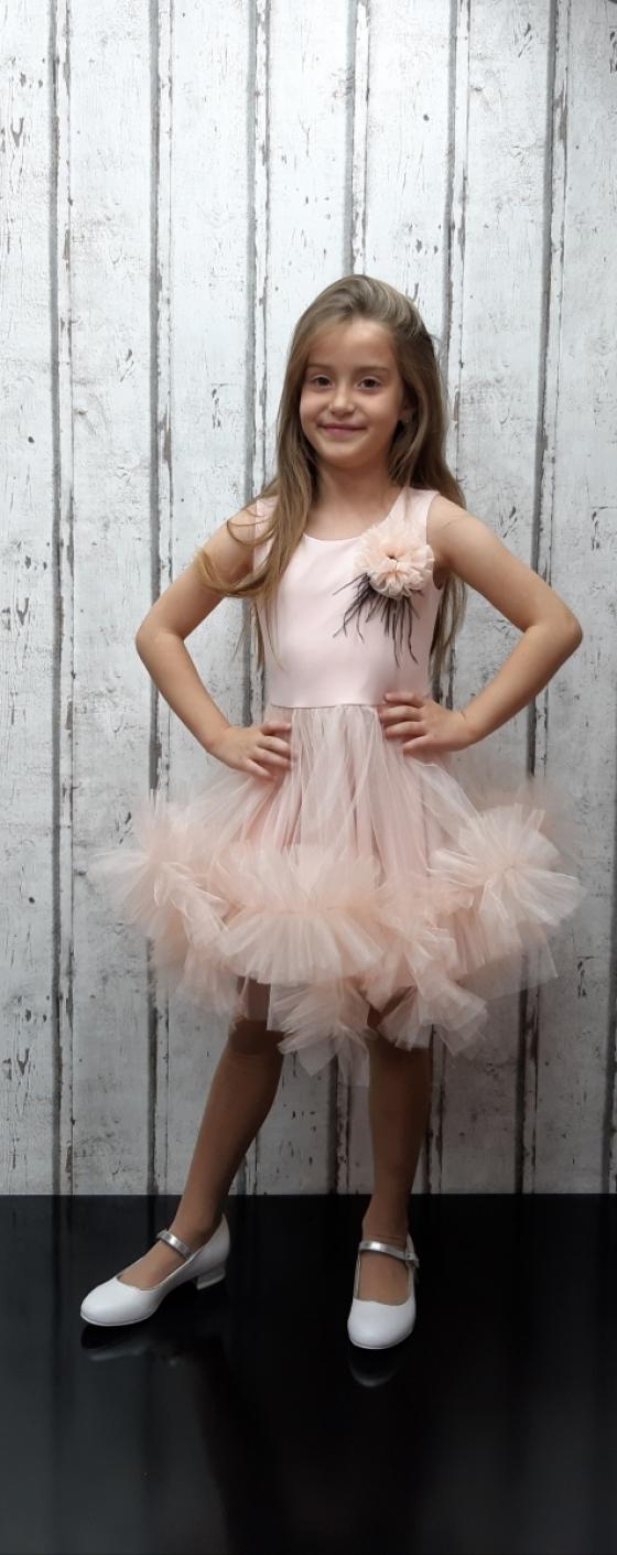 Детска официална рокля с ефектно набран тюл и пера в различни десени