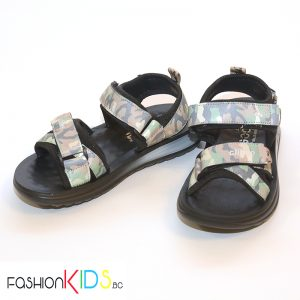 Детски сандали за момче в ефектен милитъри принт със силиконова подметка и коригиращи лепки.
