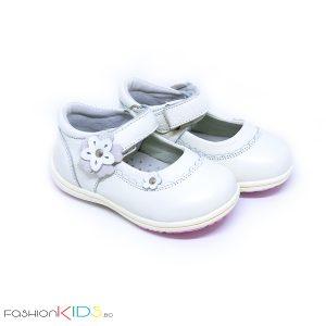 Бебешки обувки за момиче в бяло от естествена кожа с анотомично ходило и коригираща велкро лепка