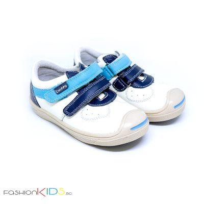 Бебешки обувки за момче в бяло от естествена кожа с анотомично ходило и две коригиращи велкро лепки