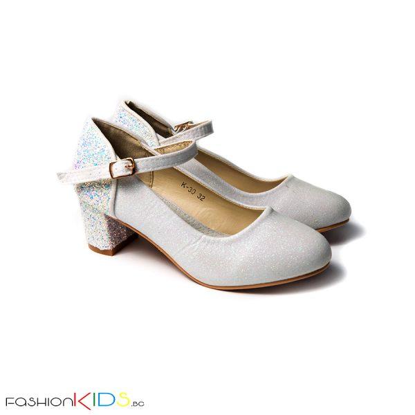 Детски официални обувки за момиче в бяло на ток с коригираща каишка, ефектна декорация с блестящ брокат по токчето и естествена стелка