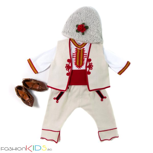 Бебешка народна носия за новородено момче, подходяща за изписване.