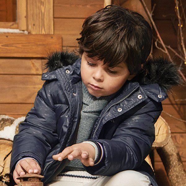Дебело зимно яке MAYORAL за момчес качулка с пух в черно с леко блестящ камуфлажен ефект.