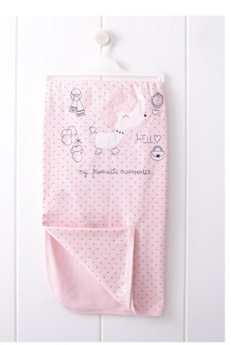 Бебешка пелена за момиче в розово с нежен принт на точки и ефектна бродерия.
