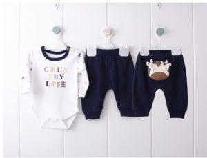 Бебешки комплект за момче от две части с боди и панталон със забавен принт на кравичка.