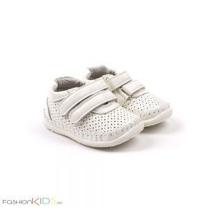 Бебешки обувки за момче за прохождане в бяло с две коригиращи велкро лепки и анатомично ходило