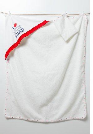 Бебешка хавлия I LOVE MUM&DAD с качулка в бяло с контрастен червен кант.