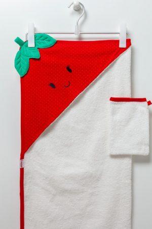 Бебешка хавлия в бяло и червено с ефектен принт на ягодка с качулка