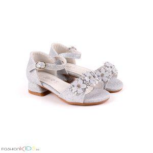 Детски официални отворени обувки за момиче в сребристо на ток с ефектни цветя с камъни и блестящ брокатен ефект, коригираща каишка и естествена стелка.