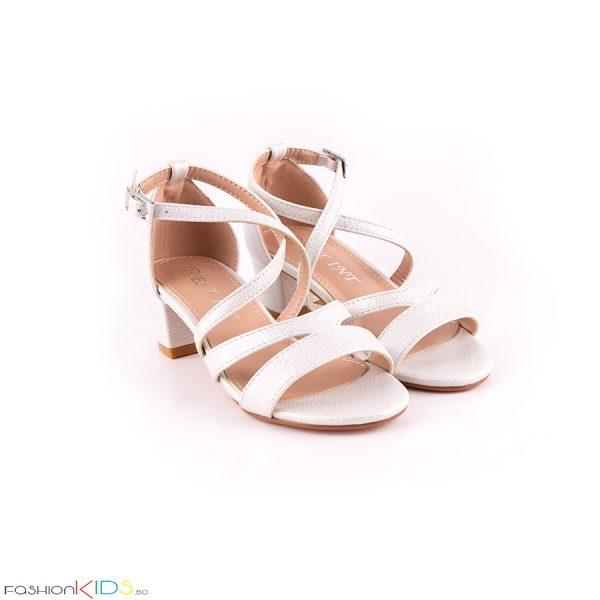 Детски официални отворени обувки за момиче в хамелеонесто бяло на ток с коригираща каишка и естествена стелка.