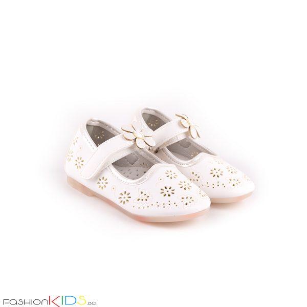 Бебешки обувки за момиче в бяло с нежна перфорация на цветя и анатомично ходило с естествена стелка.
