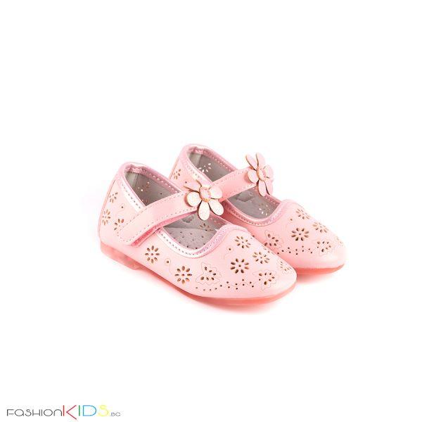 Бебешки обувки за момиче в розово с нежна перфорация на цветя и анатомично ходило с естествена стелка.