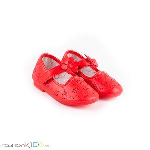 Бебешки обувки за момиче в червено с нежна перфорация на цветя и анатомично ходило с естествена стелка.
