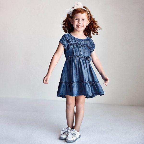 Детска дънкова рокля MAYORAL от тенсел с ефектни волани и декорация с цвете