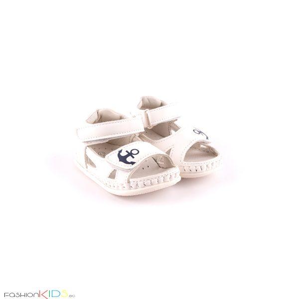 Бебешки сандали за момче за прохождане в бяло с ефектна декорация с котва и с две коригиращи лепки