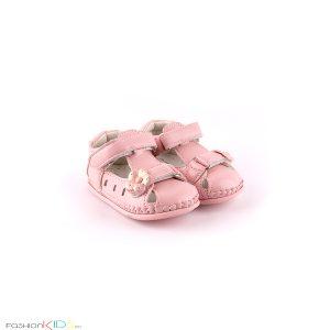 Бебешки сандали за момиче за прохождане в розово с нежна декорация с цветеца и с две коригиращи лепки