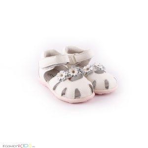 Бебешки сандали за момиче в бяло от естествена кожа с ефектна декорация от сребристи цветенца