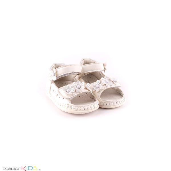 Бебешки сандали за момиче за прохождане в бяло с нежна декорация с цветеца и с две коригиращи лепки