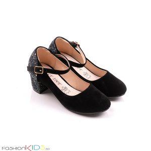 Детски официални обувки за момиче в черно на ток с коригираща каишка, ефектна декорация с блестящ брокат по токчето и естествена стелка