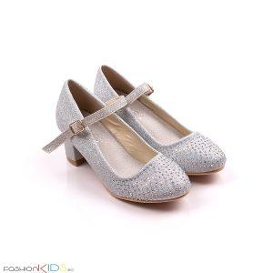 Детски официални обувки за момиче в сребристо с блестящ брокатен ток, коригираща каишка със същият ефект и ефектни блестящи камъчета