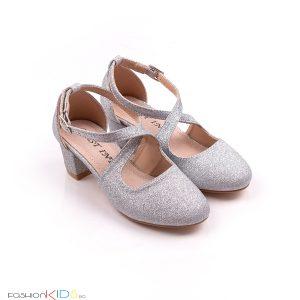 Детски официални обувки за момиче в сребристо с блестящ брокатен ток иефектна коригираща преплетена каишка.
